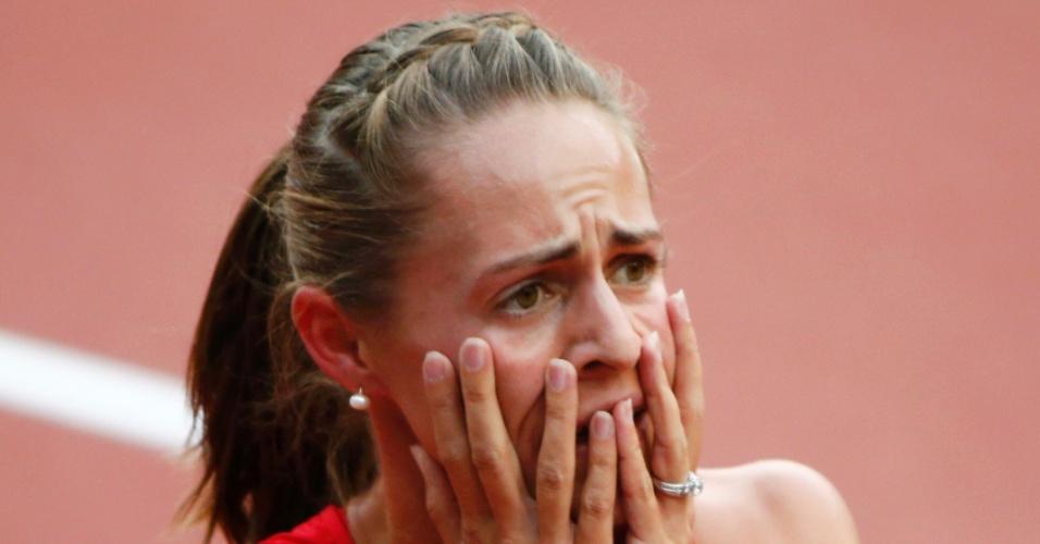 Norte-americana Jennifer Simpson reage após conferir em telão do Estádio Olímpico que conseguiu se classificar para semifinal dos 1500 m
