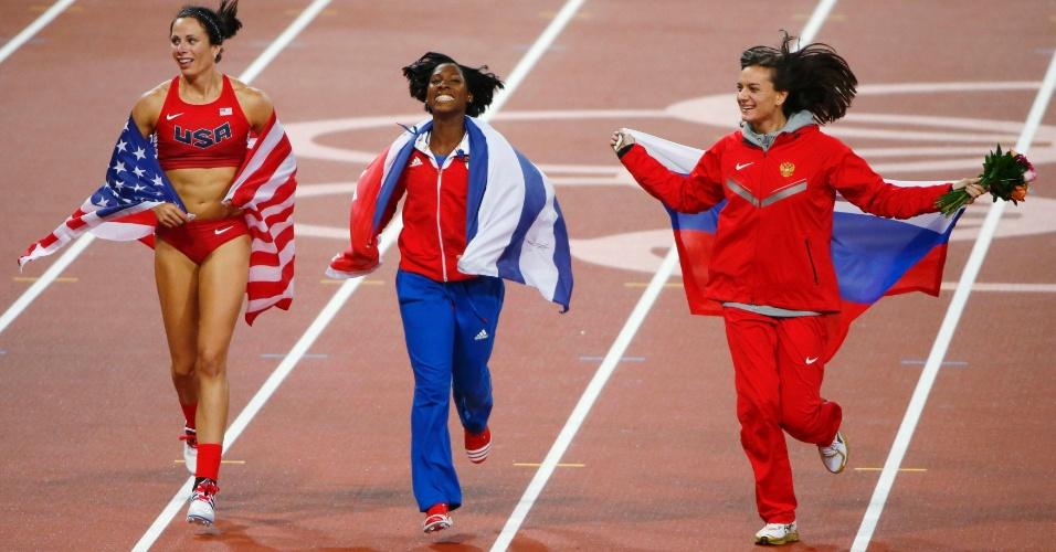 Norte-americana Jennifer Suhr, cubana Yarisley Silva e russa Yelena Isinbayeva dão volta olímpica após cerimônia de premiação do salto com vara