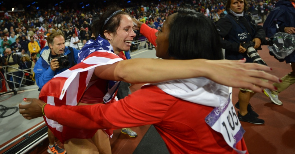 Norte-americana Jennifer Suhr recebe abraço da cubana Yarisley Silva, após se consagrar como campeã olímpica no salto com vara
