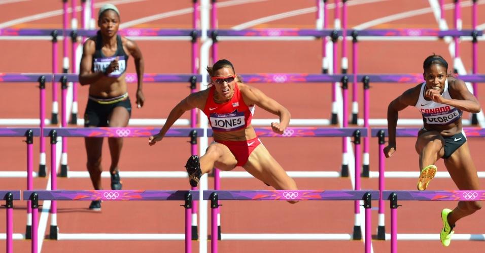 Norte-americana LoLo Jones (centro) e canadense Phylicia George disputam eliminatória dos 100m com barreira