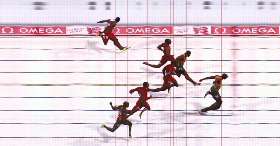 Photo finish: foto capta o instante em que Usain Bolt cruza a linha e conquista o bicampeonato olímpico nos 100 m rasos