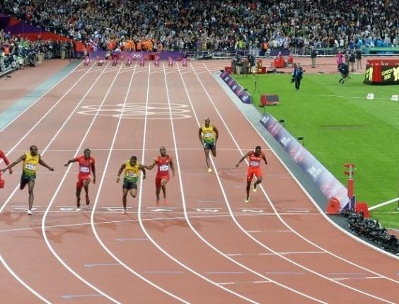 Placar mostra 9s64 ao Usain Bolt cruzar a linha de chegada dos 100 m rasos; tempo foi corrigido, e o jamaicano foi bicampeão olímpico da prova com 9s63