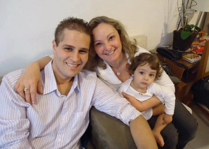 Quase um mês após deixar hospital, Pedro Leonardo aparece sorridente ao lado da filha, Maria Sophia (5/7/12)