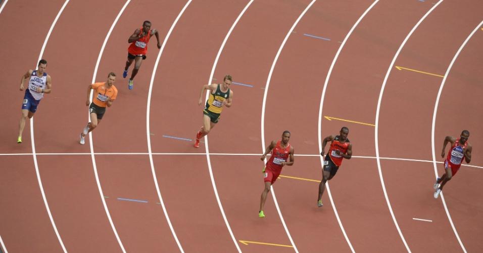 Raia de Kleberson Davide, segunda à direita, vazia após desistência do brasileiro da prova dos 800m