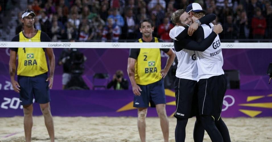 Ricardo e Pedro Cunha, cabisbaixos, observam comemoração de dupla alemã, que se classificou para a semifinal