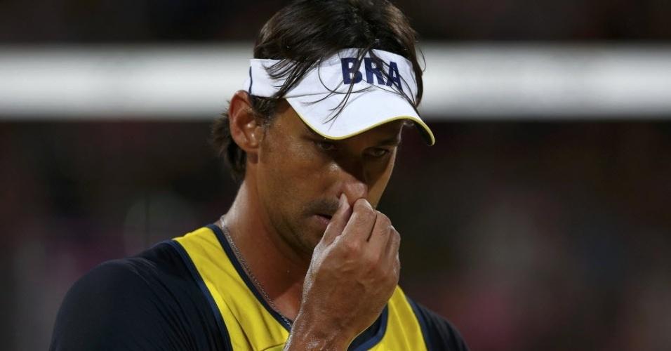 Ricardo, parceiro de Pedro Cunha, se lamenta após derrota dos brasileiros no primeiro set contra alemães