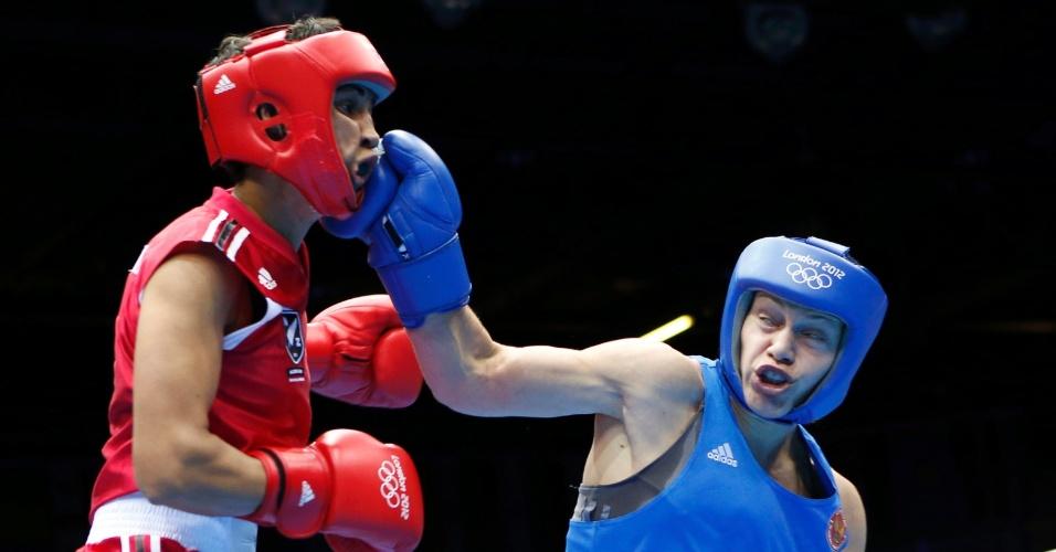 Russa Sofya Ochigava acerta com um direto rosto de neozelandesa Alexis Pritchard, pelo peso leve (até 60 kg)
