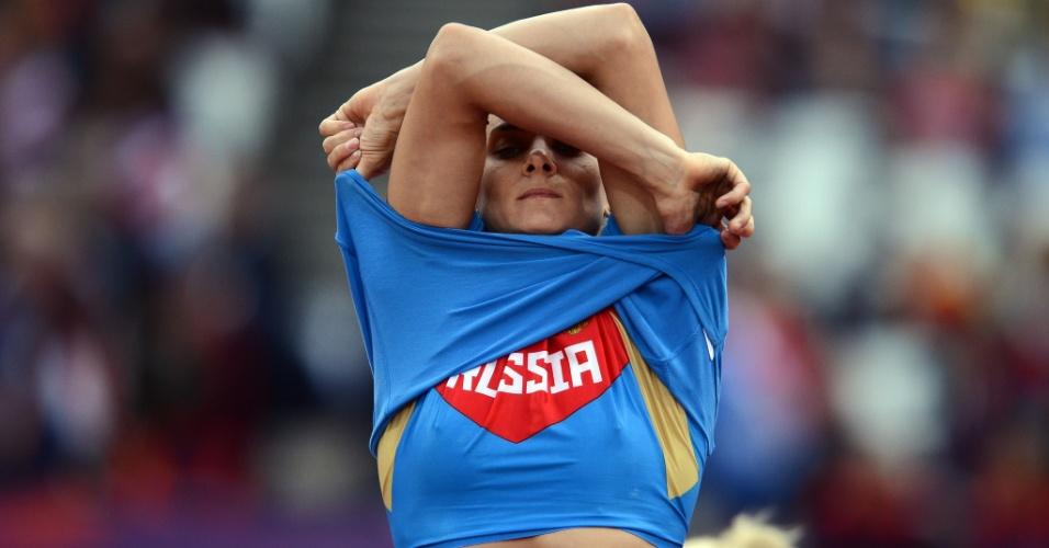 Russa Yelena Isinbayeva prepara-se para competir na final olímpica do salto com vara