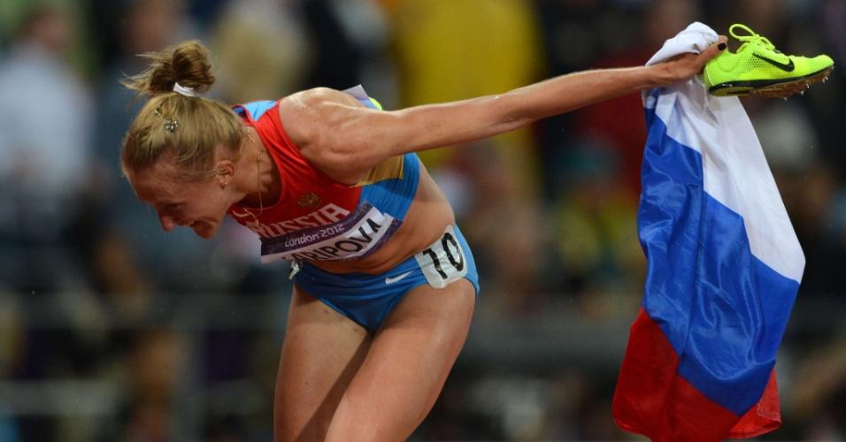 Russa Yuliya Zaripova celebra vitória na final olímpica dos 3.000m com obstáculos