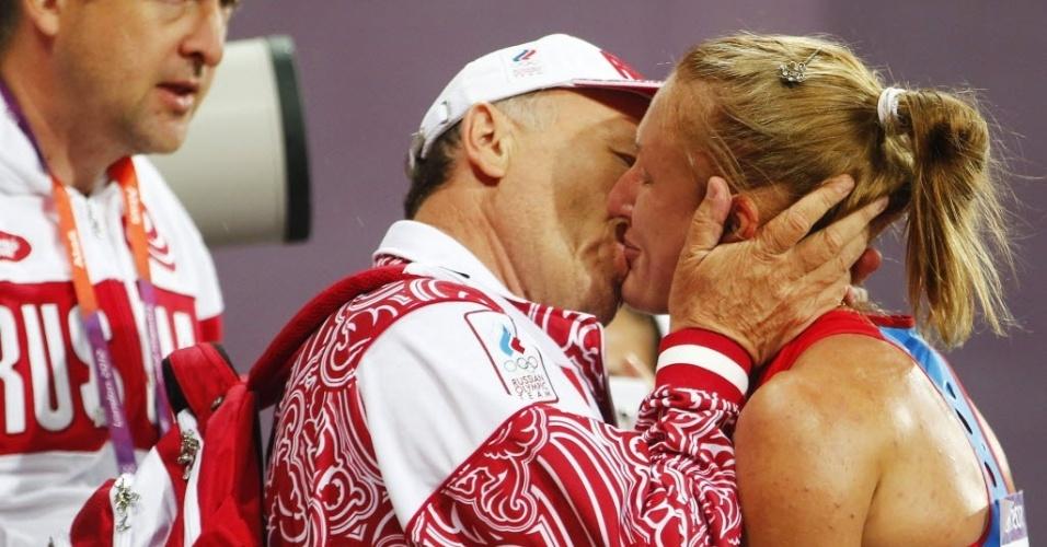 Russa Yuliya Zaripova é beijada por membro de equipe técnica após vencer os 3000 m com obstáculos