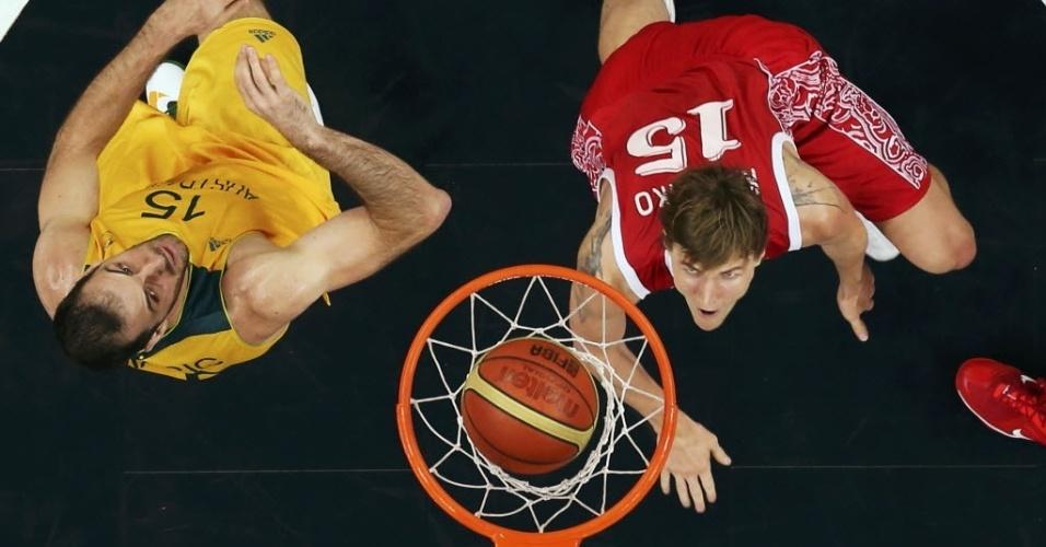 Russo Andrei Kirilenko e o australiano Aleks Maric veem bola cair na cesta durante vitória da Austrália sobre a Rússia