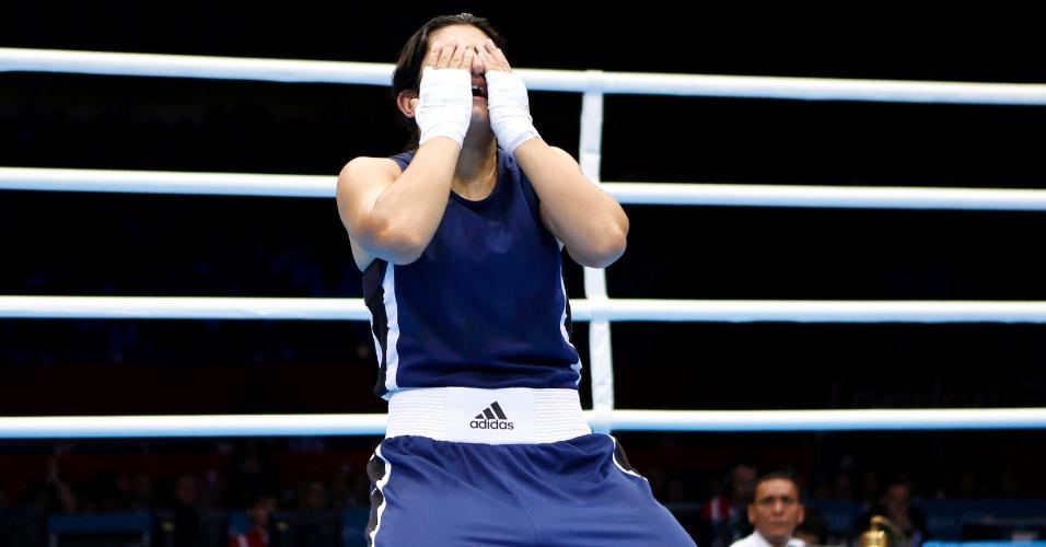 Tadjique Mavzuna Chorieva chora após conquistar vitória contra chinesa Dong Cheng, pelas quartas de final do peso leve (até 60 kg)