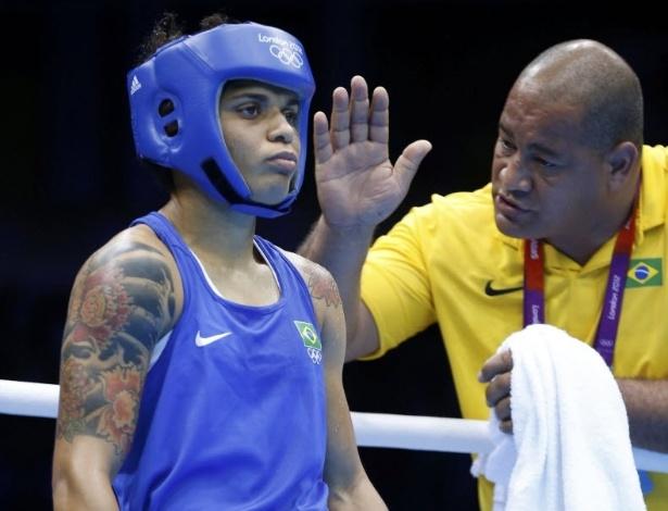 Técnico Nelson Aires passa instruções para Adriana Araújo na vitória que deu a vaga na semifinal e garantiu uma medalha para o boxe brasileiro após 44 anos