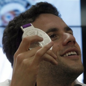 Thiago Pereira sorri e exibe a medalha de prata durante entrevista coletiva no CT do Corinthians