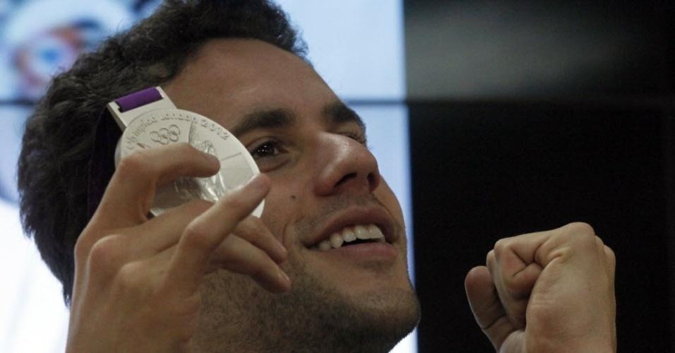 Thiago Pereira sorri e exibe a medalha de prata conquistada na Olimpíada, durante entrevista coletiva no CT do Corinthians