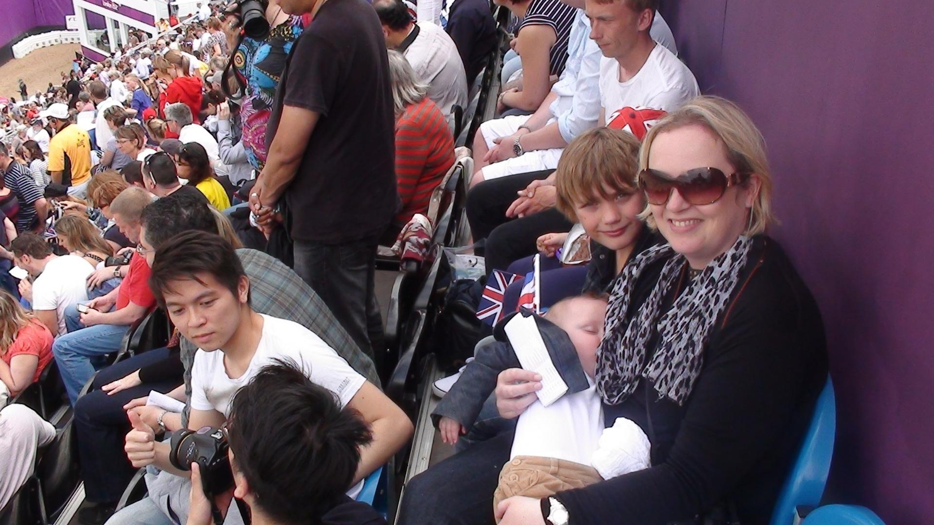 Torcedora inglesa ao lado do filho e do bebê