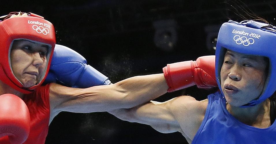Tunisiana Maroua Rahali e indiana Chungneijang Mery Kom Hmangte trocam socos durante quartas-de-final do peso mosca