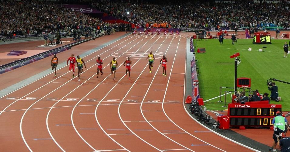 Usain Bolt (3º da esq. para dir.) aparece em primeiro menos de 1 segundo antes de cruzar a linha de chegada dos 100 m rasos