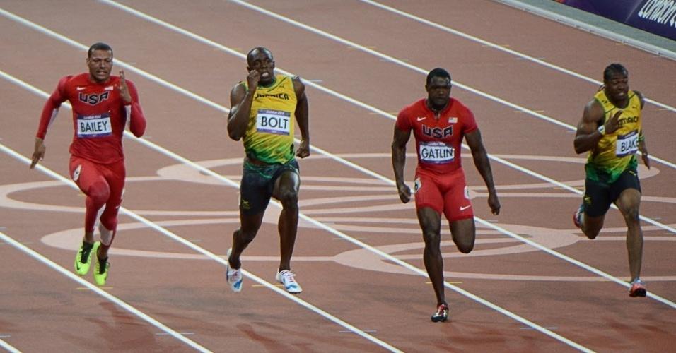 Usain Bolt acelera para ultrapassar Justin Gatlin (2º da dir. para esq,) e conquistar o bicampeonato olímpico dos 100 m rasos; norte-americano terminou na terceira colocação