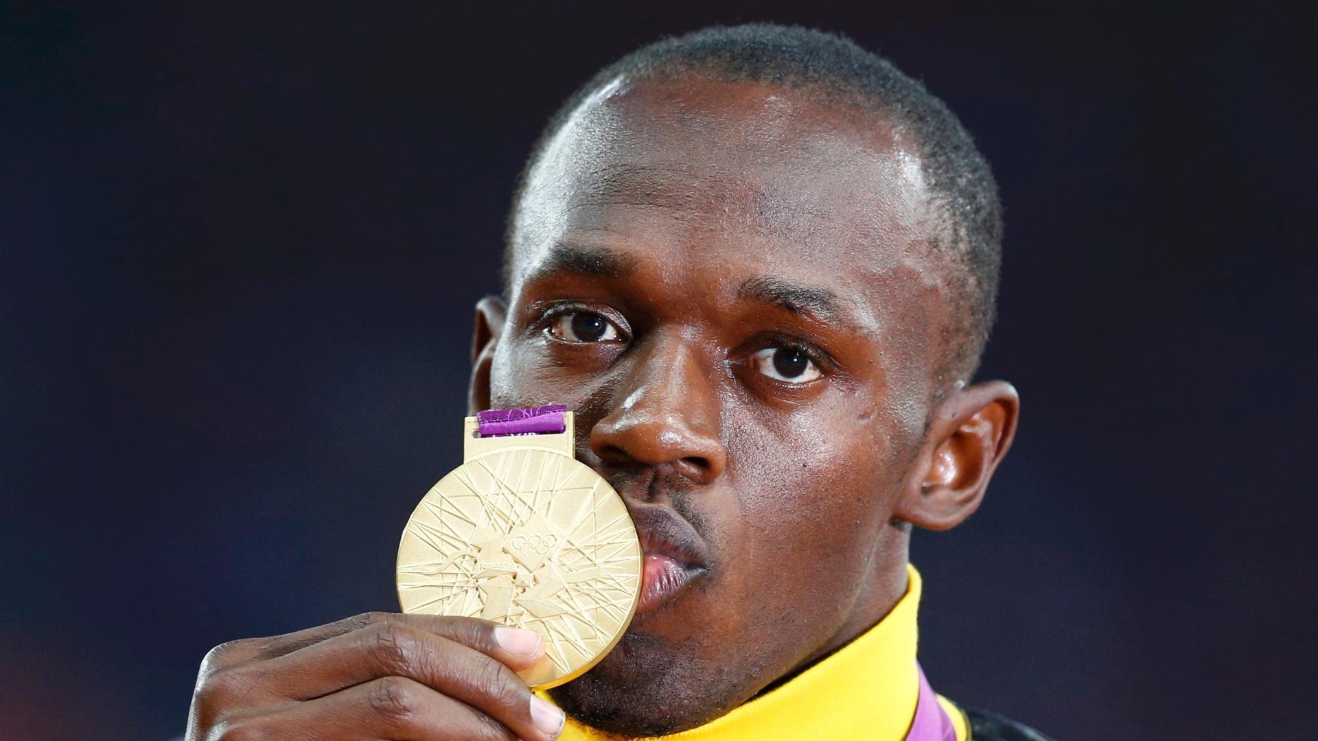 Usain Bolt beija medalha de ouro conquistada na final dos 100 m rasos em Londres