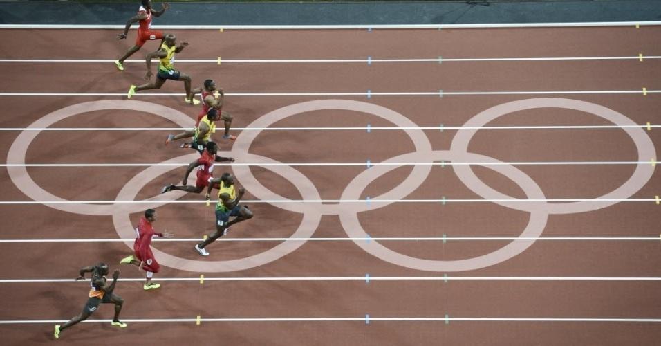 Usain Bolt puxa a fila de velocistas na final dos 100 m rasos em Londres