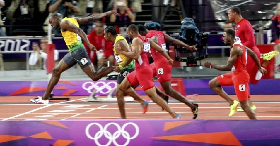 Usain Bolt se estica para cruzar a linha de chegada e conquistar o bicampeonato olímpico dos 100 m rasos