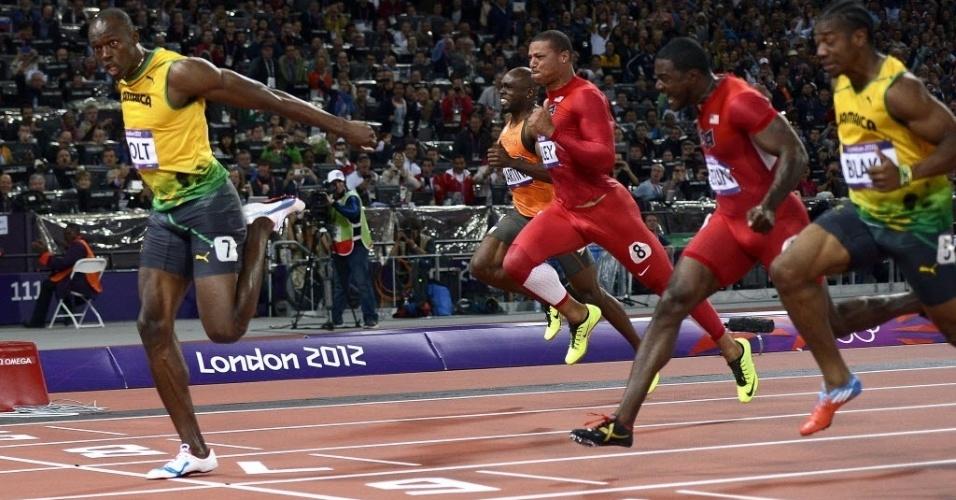 Usain Bolt se estica para cruzar em primeiro e conquistar o bicampeonato olímpico dos 100 m rasos