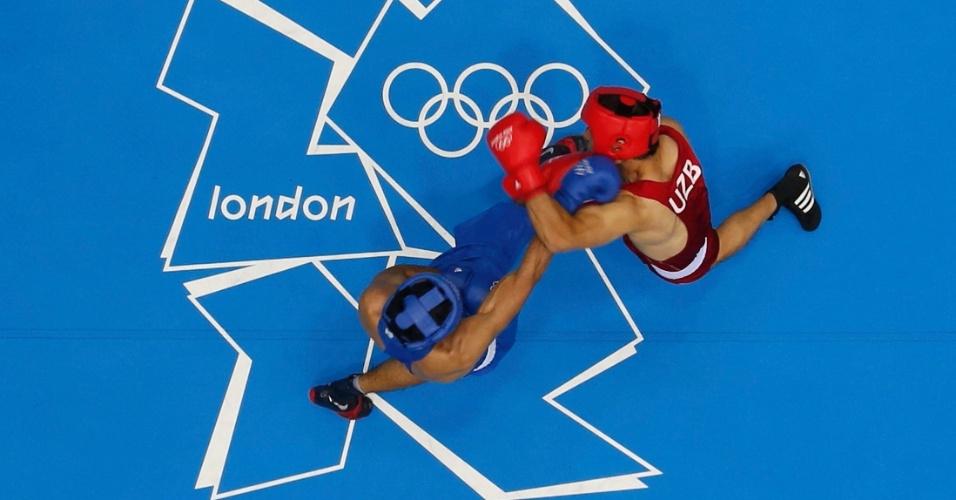 Uzbeque Abbos Atoev (vermelho) enfrenta o indiano Vijender Singh, em combate dos médios (até 75kg)