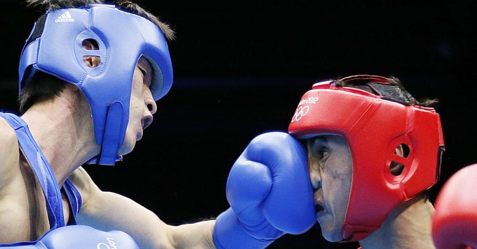 Uzbeque Fazliddin Gaibnazarov leva direto de esquerda do sul-coreano Soonchul Han, em luta dos pesos leve