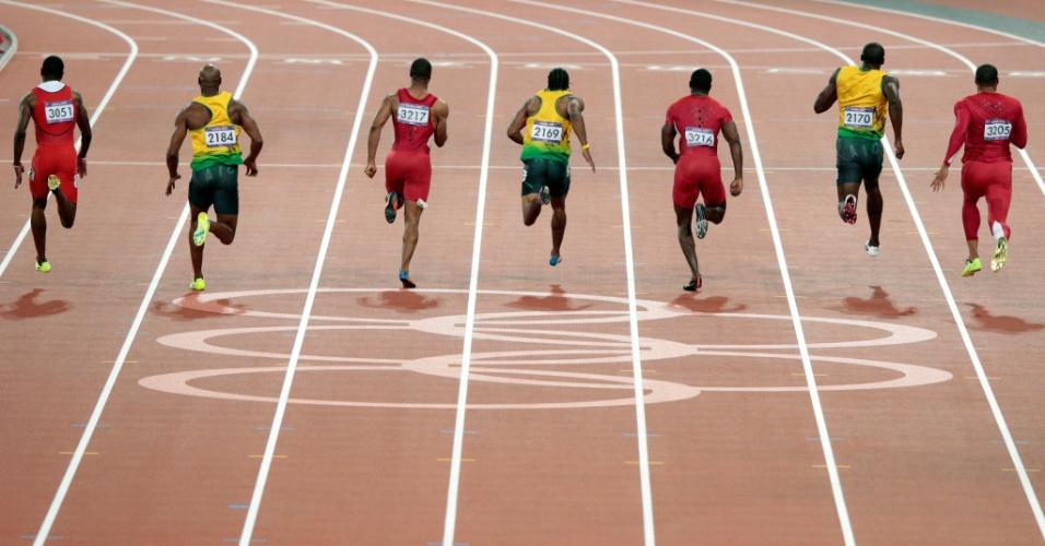 Velocistas deixam os anéis olímpicos para trás nos últimos instantes da final dos 100 m rasos