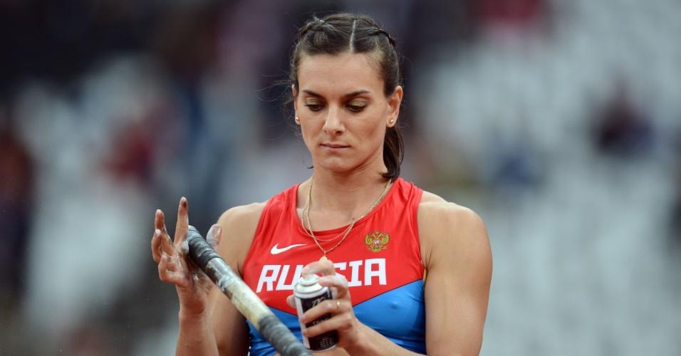 Yelena Isinbayeva se prepara para saltar no salto com varas feminino, no Estádio Olímpico de Londres