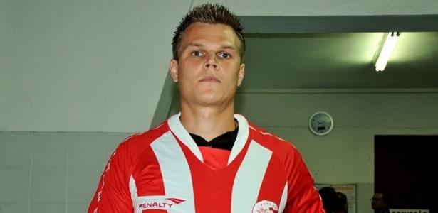 Zagueiro Alemão mostra o escudo do Náutico após ser anunciado como jogador do clube