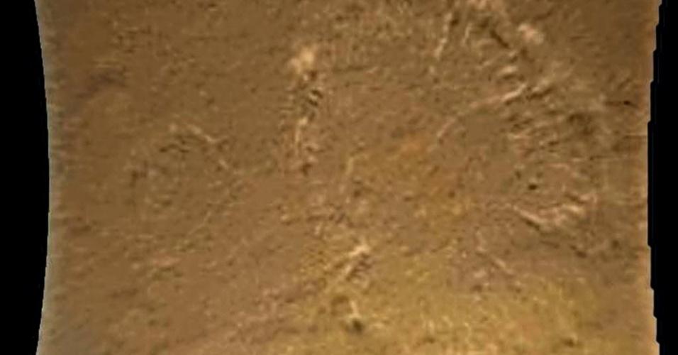 7.ago.2012 - A imagem, divulgada pela Nasa (agência espacial americana) e obtida pelo robô Curiosity, mostra características da superfície de Marte, incluindo dunas escuras, crateras de impacto e pequenas escarpas