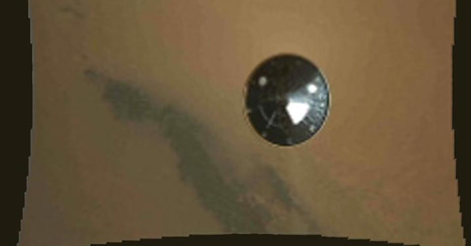 7.ago.2012 - A imagem, divulgada pela Nasa (agência espacial americana), foi obtida por um dos instrumentos presentes no robô Curiosity e mostra sua descida à superfície de Marte