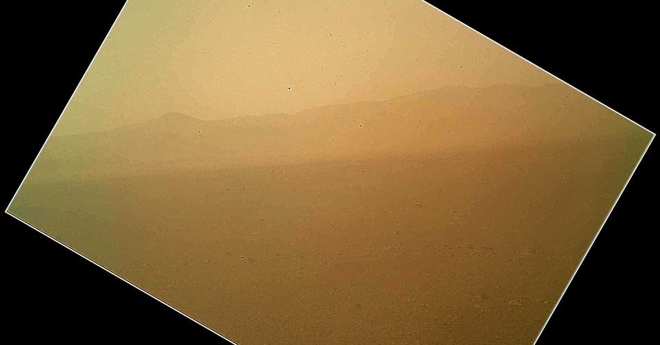 7.ago.2012 - A imagem, divulgada pela Nasa (agência espacial americana), mostra vista da paisagem a norte do robô Curiosity. A imagem capturou a borda da cratera Gale e está escura devido a uma tampa de poeira que precisou ser colocada durante o pouso