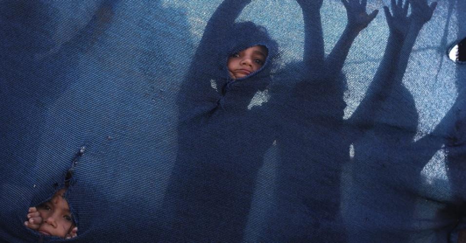 7.ago.2012 - Crianças brincam no Al-Zaiton, na Faixa de Gaza, antes de quebrar o jejum durante o mês sagrado do Ramadã. Muçulmanos de todo o mundo celebram o Ramadã, o mês mais sagrado do calendário islâmico, onde eles se abstêm de comer, beber, fumar e fazer sexo do nascer até o pôr do sol