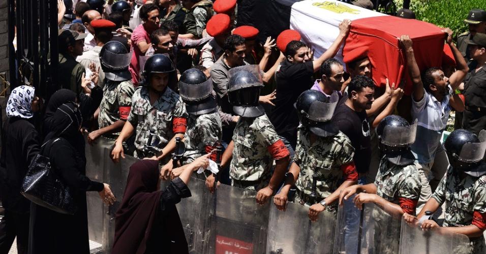 7.ago.2012 - Dezenas de pessoas acompanham o funeral de um dos 16 soldados egípcios mortos  na Península do Sinai e em um ataque de terroristas israelenses, no último domingo