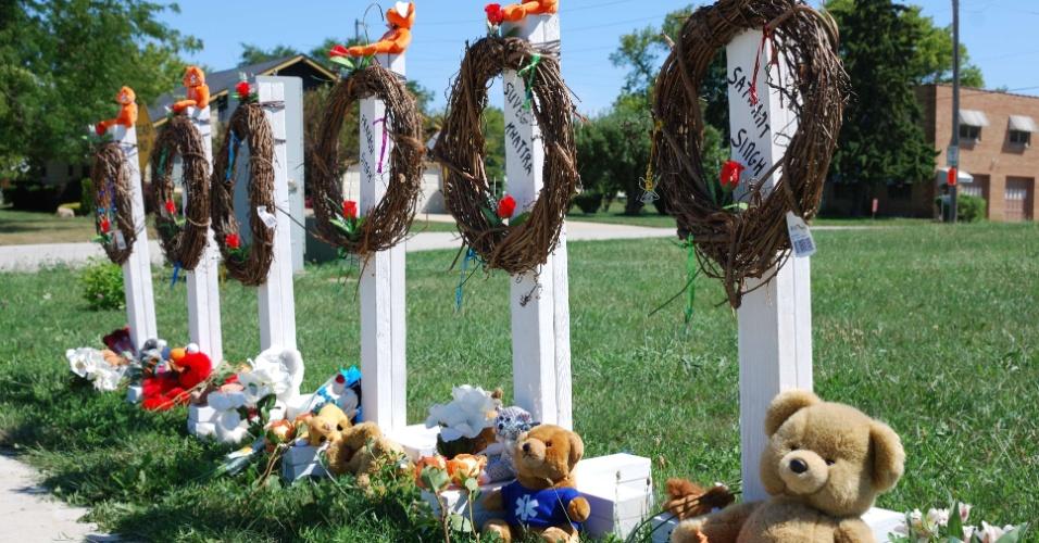 7.ago.2012 - Memorial improvisado é construído próximo ao templo sikh de Wisconsin (EUA), em homenagem às vitimas do tiroteio que interrompeu o culto no último domingo (5). O principal suspeito do crime é Wade Michael Page, 40, que era um veterano do exército