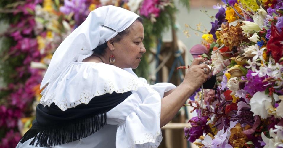 7.ago.2012 - Mulher faz últimos ajustes em arranjo durante festival anual de flores em Medellín, na Colômbia. A festa é comemorada todos os anos desde 1957