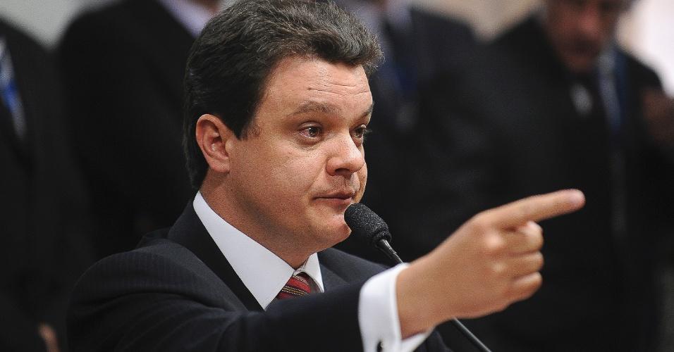 7.ago.2012 - O relator da CPI do Cachoeira, deputado Odair Cunha (PT-MG), fala durante a sessão na qual Andressa Mendonça, mulher do empresário Carlinhos Cachoeira, respondeu por três vezes que permaneceria calada