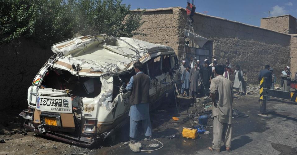 7.ago.2012 - Policiais e curiosos olham local onde um atentado com explosivos contra um micro-ônibus, atribuído aos rebeldes talibãs, deixou oito mortos nesta terça-feira (7) em Cabul, no Afeganistão. Oito pessoas morreram