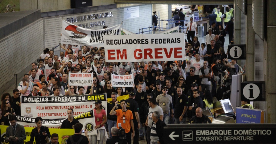 7.ago.2012 - Policiais federais em greve realizam uma passeata no Aeroporto Internacional de São Paulo, em Cumbica, Guarulhos. Os agentes iniciaram em todo o país uma paralisação por tempo indeterminado para reivindicar reajuste salarial e reestruturação da carreira