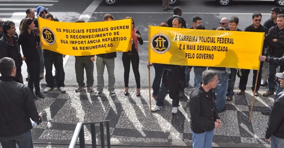 7.ago.2012 - Policiais particiam de ato simbólico de entrega das armas e distintivos dos servidores da PF, no Departamento de Polícia Federal no bairro da Lapa, em São Paulo, nesta terça-feira (7). Os policiais entraram em greve por tempo indeterminado, e reivindicam reestruturação de carreira e salário