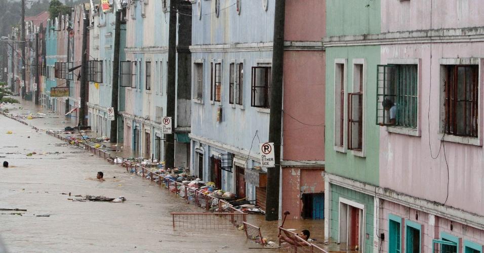 7.ago.2012 - Rua alagada em Marikina, região metropolitana de Manila, nas Filipinas. As inundações voltaram a trazer caos para algumas regiões do país nesta terça-feira (7). Em algumas áreas, a água chegou a subir dois metros