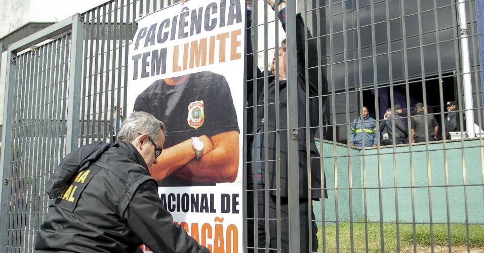 7.ago.2012 - Servidores da Polícia Federal penduram cartaz em forma de protesto em portão da Superintendência da Polícia Federal de São Paulo. O órgão iniciou oficialmente uma greve nacional por tempo indeterminado para reivindicar reestruturação na carreira