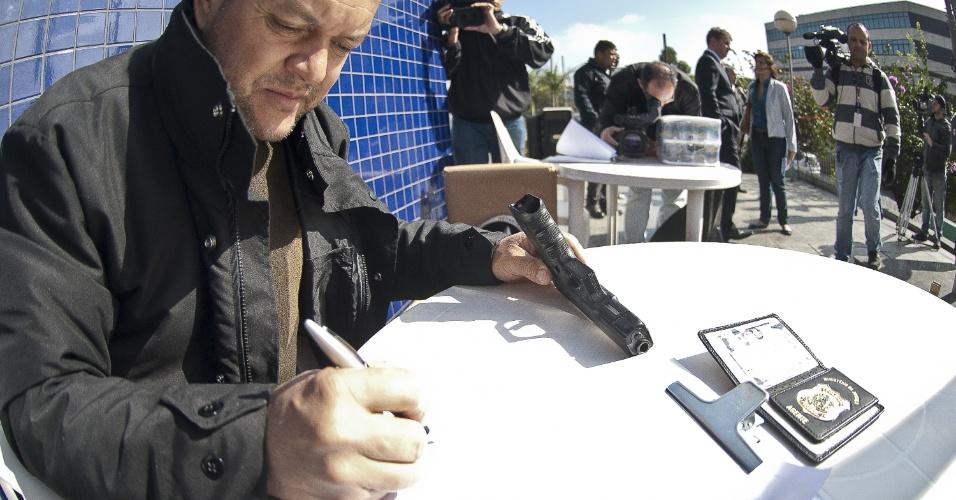 7.ago.2012 - Servidores da Polícia Federal realizam ato simbólico de entrega de distintivos e armas na Superintendência da Polícia Federal de São Paulo. O órgão iniciou oficialmente uma greve nacional por tempo indeterminado para reivindicar reestruturação na carreira