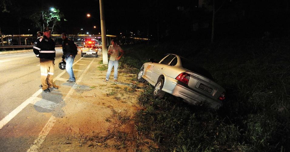 7.ago.2012 - Um motorista perdeu controle do carro e saiu da pista após desviar e evitar uma colisão com outro carro e um poste, na madrugada desta terça-feira (7), em São José dos Campos (SP)