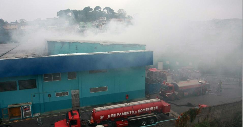 7.ago.2012 - Uma rede de supermercados, inaugurada há cerca de um mês e meio, pegou fogo na tarde desta terça-feira (7), em Mauá, na região do ABC Paulista