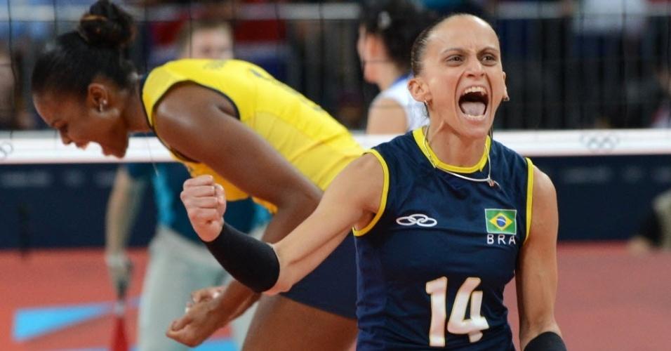 A líbero Fabi comemora boa jogada do Brasil contra a Rússia