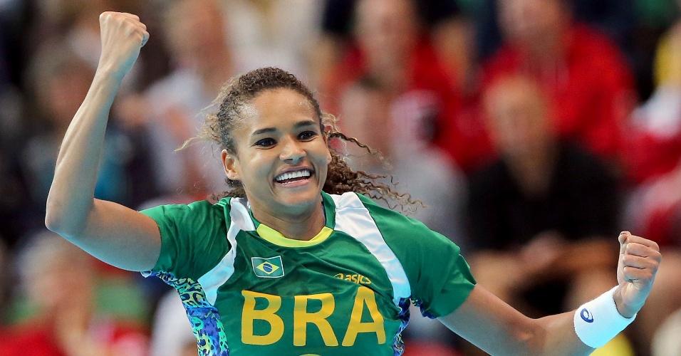 Alê comemora um de seus gols na partida da seleção brasileira de handebol contra a Noruega